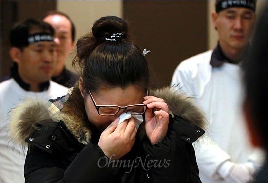 울산 현대자동차 공장에서 분신사망한 고 신승훈씨의 장례식이 7일 오전 울산영락원에서 엄수된 가운데 발인 도중에 부인이 오열하고 있다.