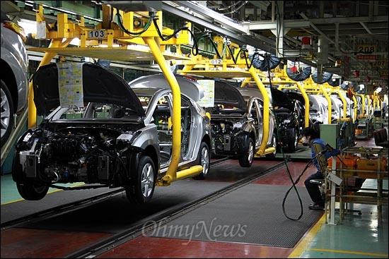 지난 8일 오후 현대자동차 울산공장 승용차 생산라인에서 한 노동자가 작업 도중 잠시 휴식을 취하고 있다.