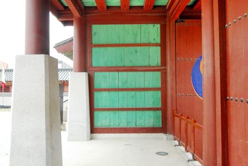 판벽 일반 문과는 달리 문의 양편 벽을 모두 판벽처리하였다