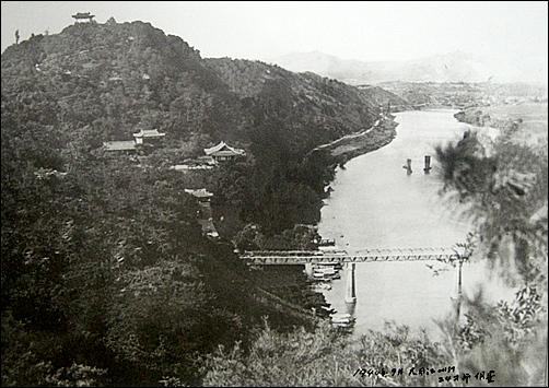 1940년 9월 평양 능라도에서 바라본 대동강 모습. 하반영 화백이 촬영한 사진으로 모란봉, 을밀대, 부벽루, 경의선 철교, 황포돛배 등이 선명하게 다가온다.