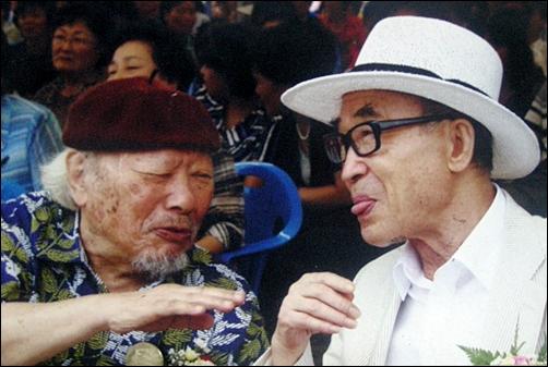 5년 전 전시회에서 만난 하반영 화백(좌)과 고은 시인(우)이 반갑게 인사를 나누고 있다. 두 사람은 군산출신 예술계 선후배 사이
