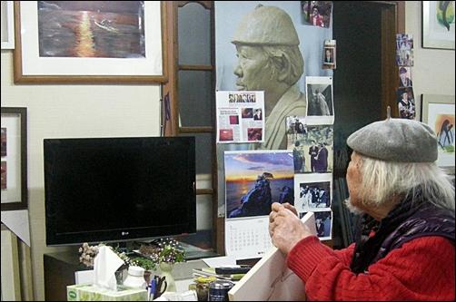 자신의 자화상 작품에 대해 설명하는 하반영 화백.
