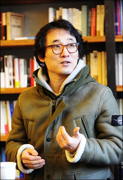 3월 방영 예정인 SBS 새 수목드라마 <옥탑방 왕세자>의 집필을 맡은 이희명 작가. 그는 <미스터큐> <토마토> <명랑소녀 성공기> 등의 시청률 40%가 넘는 인기 로맨틱 코미디 드라마의 작가로 이름을 알렸다.