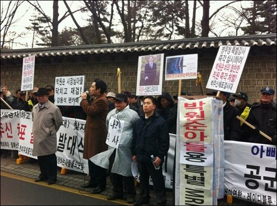 15일 오후 서울시청 서소문 별관 앞에서 강용석 의원이 보수단체 회원들과 함께 박원순 서울시장 아들에 대한 공개신체검사를 요구하고 있다.