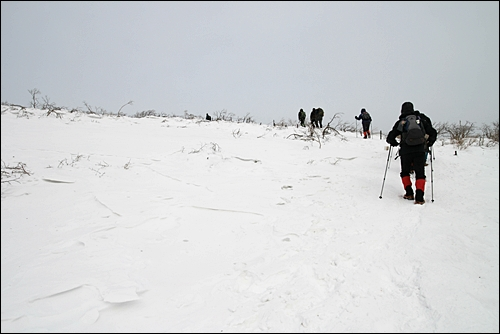 눈길을 걷는 겨울 산행