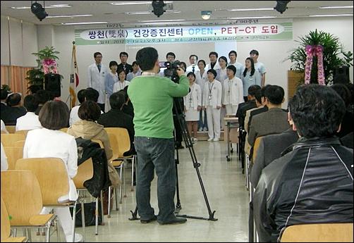 개원 90주년 행사에 앞서 군산의료원 의사, 간호사, 직원으로 이루어진 합창단이 공연하고 있다.