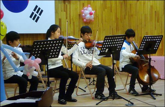 재학생들의 축하연주 베토벤의 작픔에 이어 졸업식노래를 연주해 사회자인 나를 목메게 하고 졸업생들을 울리기 말았다.