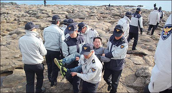 18일 경찰은 아무 법적 근거없이 구럼비 바위를 구경하고 있던 한 관광객을 집시법 위반이라며 연행 체포해가고 있다.