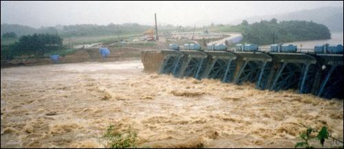 이게 바로 MB표 4대강 변종운하의 내일입니다.  연천댐 붕괴, 바로 이명박 현대건설 사장의 작품이었습니다. 그것도 96년,99년 두 차례 붕괴가 이어졌습니다. 4대강 변종운하가 안전하다고요? 아닙니다. 모래위에 쌓은 성은 언젠가 반드시 무너집니다.