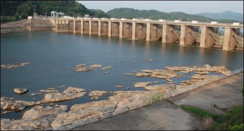 암반 위에 튼튼히 건설된 한강의 팔당댐. 이게 바로 댐을 세우는 기초 공식이자, 아주 기본적인 상식이지요. 이명박 대통령은 상식조차 모릅니다.