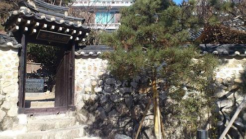 소나무와 어울리는 작은 문으로 들어서면, 글 선생의 집에 초대받은 듯 반가운 마음이다.