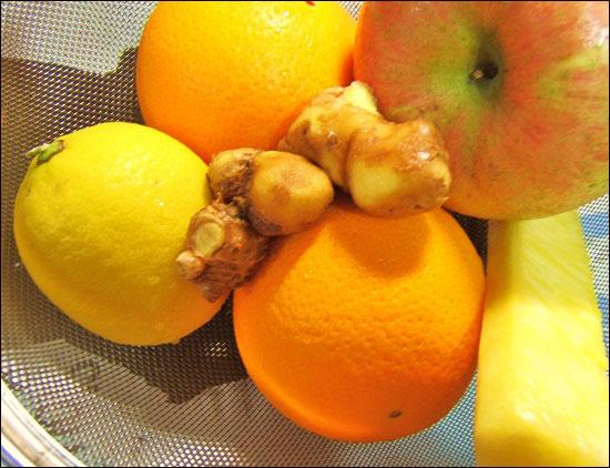 뱅쇼 만드는 법1 레몬, 오렌지, 사과,파인애플 같은 비타민이 많은 과일은 준비한다. 정향(혹은 생강), 계피를 준비한다.