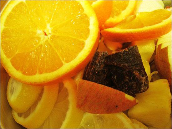 뱅쇼 만드는 법 2 준비한 과일을 얇게 썬다. 계피는 스틱으로 1개 정도 준비해 놓는다.