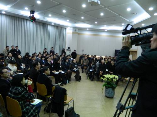 이날 행사는 녹색연합과 서울환경운동연합, 에너지기후정책연구소, 에너지시민연대, 환경정의 공동주최로 전력 소비를 줄이고 재생가능에너지를 확대하는 구체적인 방안을 시민들과 함께 논의하는 자리로 마련됐다.
