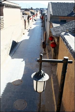 허베이 놘취안 진에 있는 시구부 토담 성 옹성에서 바라본 거리 모습