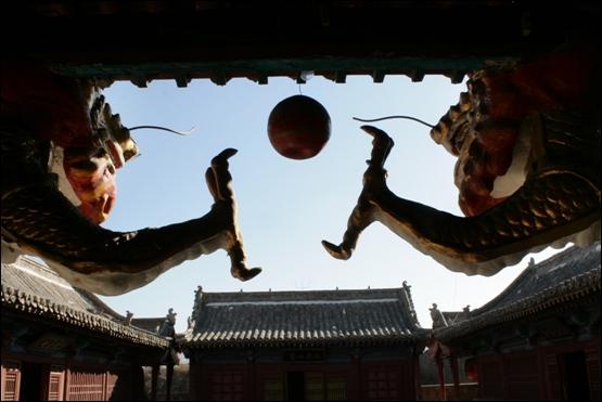 토담 성 안 지장사 지장전의 두마리 용이 여의주는 가지고 노는 모습
