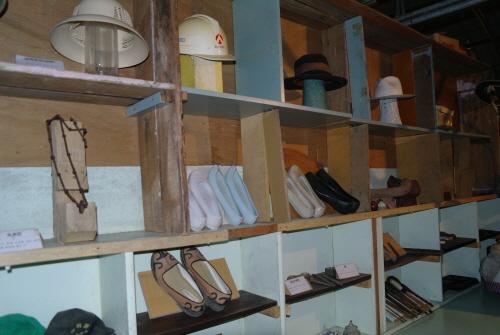 박물관 내부  신발과 모자