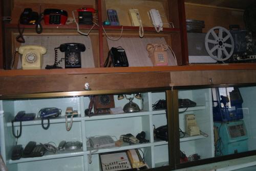 박물관 내부  전화기의 변천사. 마치 영화세트장 같다.