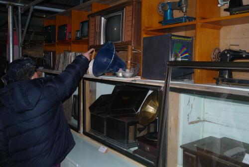 박물관 내부 이 관장이 우리나라 최초의 텔레비전을 가리킨다.