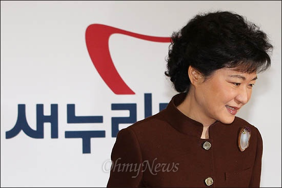 새누리당 박근혜 비상대책위원장이 23일 국회에서 열린 비대위회의에 참석하고 있다.