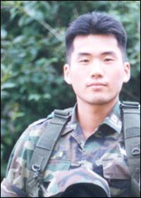 그는 아버지를 잇는 자랑스러운 대한민국의 장교가 되려고 했다. 하지만 국방부는 그를 '파파보이' 의지가 나약한 한심한 존재로 만들었다. 하지만 김훈 중위의 동기생은 말한다. 그는 누구보다도 자랑스러운 육사 출신 장교였다고 말이다.