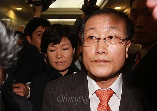 MBC노조 파업 26일째인 24일 오전 서울 여의도 MBC사옥에서 김재철 사장이 확대간부회의를 주재한 뒤 이진숙 홍보국장과 함께 사장실로 이동하고 있다.