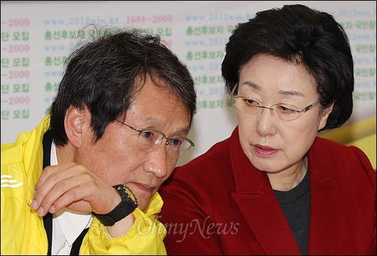 민주통합당 한명숙 대표가 24일 최고위원회의에서 문성근 최고위원과 귓속말을 하고 있다.