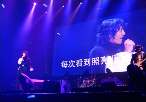 2월 18일 가수 김장훈의 첫 해외공연 '김장훈원맨쇼 in 상하이'가 중국 상해 장녕구에 위치한 국제체조중심에서 열렸다
