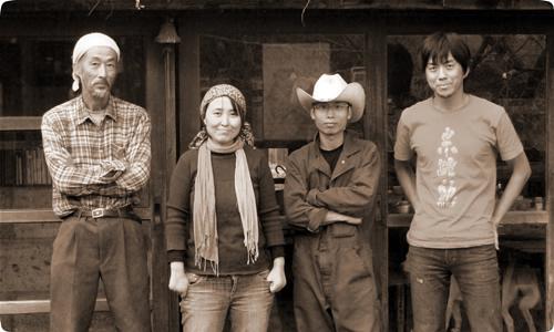 일본 야사토농장에서 일하는 농부들. 왼쪽에서 두번째가 이번에 지역을 방문하는 강사치코(36) 씨이다.