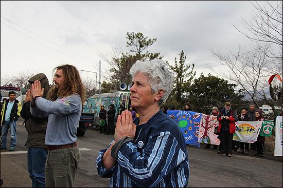 한 달 동안 강정마을에서 살며 주민들과 함께 투쟁하기로 한 미국 평화운동가 엔지 젤터. 해군기지 공사장 정문 앞에서 평화의 기도를 하고 있다.