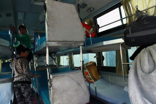 2층 침대로 구성 된 국제버스 내부.