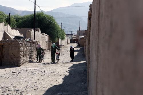 어디론가 바쁘게 가는 타지크족 여성들. 마을 규모에 비해 사람을 만나기가 힘들다.