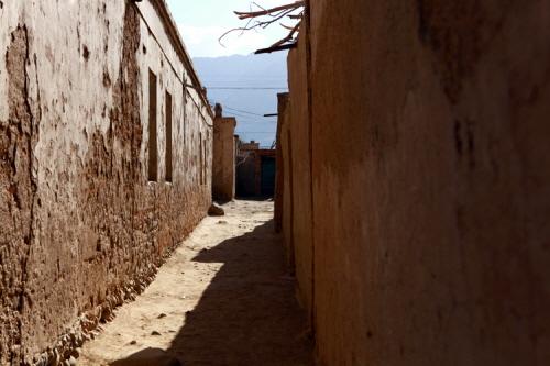 타쉬쿠르칸 뒷 골목. 아무도 없는 그곳을 지키고 있는 옛 삶의 모습.