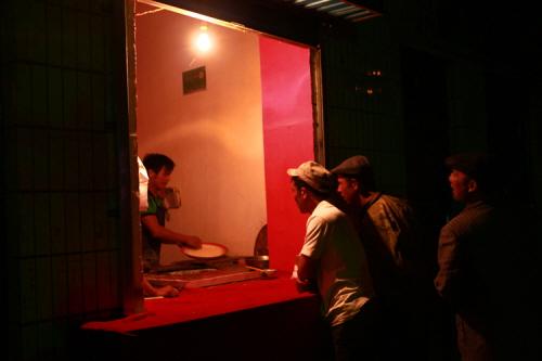 타지크족에게도 인기가 좋은 위구르 음식 낭. 낮에는 보이지 않은 타지크족 사람들이 낭을 사기 위해 상점앞에서 기다리고있다.