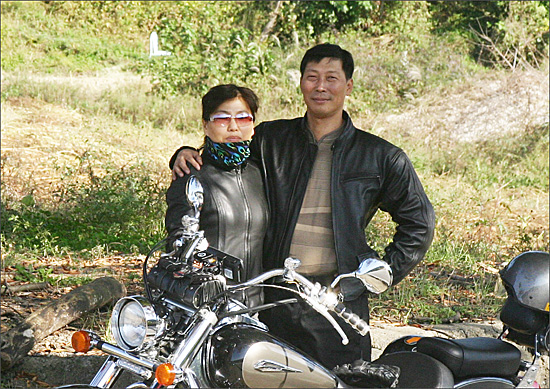 Citizen reporter Sang-Yeon Cho, allegedly Uncle Cho. (on the left of the photo)