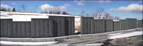 제주 4.3평화공원을 둘러싼 3만여 명의 희생자 명단이 적힌 비석들. 얼마나 많은 희생의 필요한가요. 사람들은 강정을 '제2의 4.3'이라고 부릅니다.