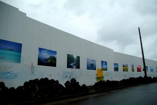차벽과 제주도사진 구럼비바위일대를 차벽으로 둘렀고, 거기엔  아름다운 제주도 풍경사진을 여럿 붙였다.