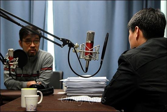 5일 오전 <오마이뉴스> 팟캐스트 방송 <이슈 털어주는 남자 김종배입니다>(이털남)에 출연한 장진수 전 국무총리실 공직윤리지원관실 주무관(뒷 모습).
