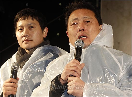 MBC 파업에 참여한 이유로 '정직 3개월' 징계를 받은 최일구 앵커가 5일 오후 서울 종로구 보신각 앞에서 열린 'MBC, KBS, YTN 노조 공동파업 선포식'에 참석해 눈물을 글썽거리며 발언을 하고 있다.