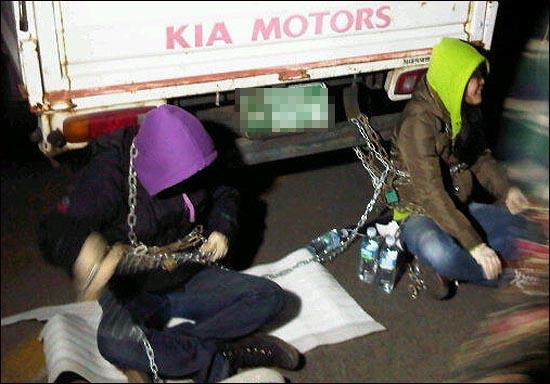 7일 새벽 화약 실은 차량이 화약고를 떠났다는 소식이 전해지자 주민들은 쇠사슬로 차량과 몸을 이어 묶으며 비폭력 저항에 들어갔다.