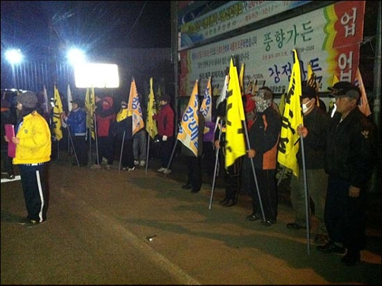 7일 새벽 강정마을주민들과 제주 전역에서 달려온 도민 등 약 100여 명은 해군기지 공사장 정문 앞에서 농성에 들어갔다.