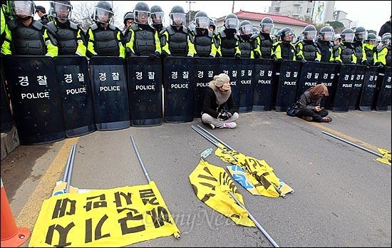 해군의 구럼비 폭파 강행을 앞둔 7일 오전 제주도 서귀포시 강정마을 해군기지 공사장 정문 앞에서 마을 주민들과 시민사회단체 활동가들이 화약 운반 차량의 이동을 저지하기 위해 경찰들과 대치를 벌이고 있다.
