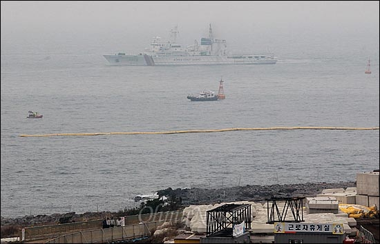 해군의 구럼비 폭파 강행을 앞둔 7일 오전 제주도 서귀포시 강정마을 구럼비 해안에 해경 경비정이 만약의 사태에 대비해 배치되어 있다.