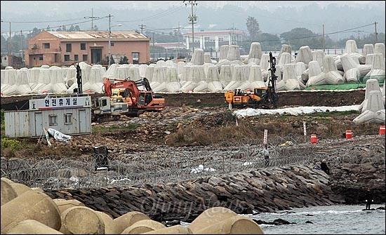7일 오전 제주도 서귀포시 강정구 해군기지 공사현장에서 시공사가 중장비를 동원해 발파작업을 벌이고 있다.