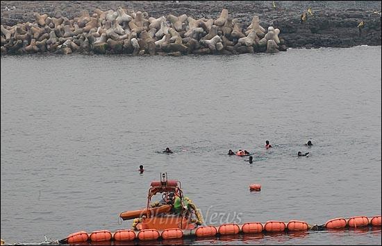 해군이 구럼비 바위 지역의 발파를 시작한 7일 오후 제주도 서귀포시 강정포구에서 시민사회단체 활동가들이 해군기지 건설을 중단하기 위해 구럼비 바위 진입을 시도하고 있다.