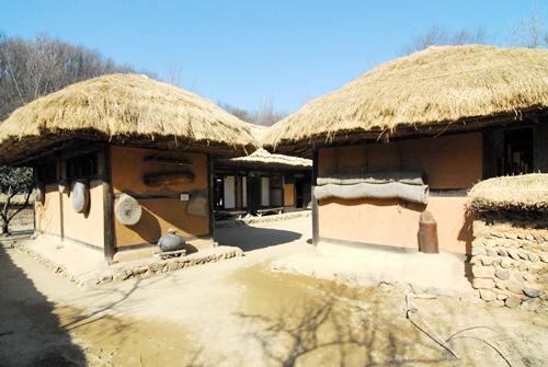 북부지방 민가 한국민속촌 안에 자리한 제8호 집은 평안북도 선천군 심천면 인두리 민가를 복원한 것이다