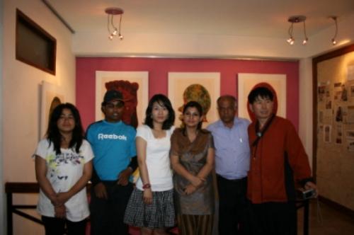 한국 화가 네팔 전시회 사진 지난 2008년 네팔에 한국 화가 오수진 님을 초청해서 전시회를 열었다. 사진 오른쪽 필자 옆에 자문위원 네팔 시인 먼줄 가운데 흰옷입은 한국인이 화가 오수진 님이다. 앞으로도 많은 교류 프로그램을 진행할 생각이다.