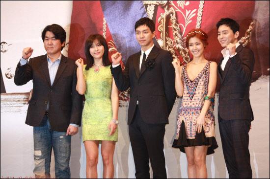 MBC 새 수목드라마 <더킹 투 하츠>의 제작발표회에 참가한 출연배우들. 왼쪽부터 윤제문, 하지원, 이승기, 이윤지, 조정석.