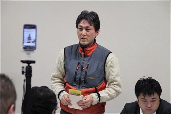 지난 1월 13일, 후쿠시마시를 방문한 외국의 핵 관련 전문가 및 활동가들에게 후쿠시마의 실태와 어린이에게 필요한 대책에 대하여 설명하고 있는 요시노 히로유키씨.