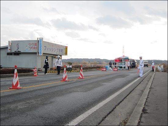 폭발 사고가 있었던 후쿠시마 제1핵발전소로부터 20km정도 떨어진 미나미소마시의 출입 통제 검문 지점. 이곳 너머로는 허가 없이 출입할 수 없다.